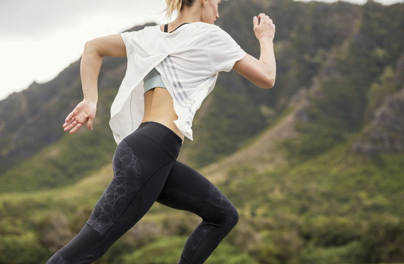 Una mujer corriendo afuera